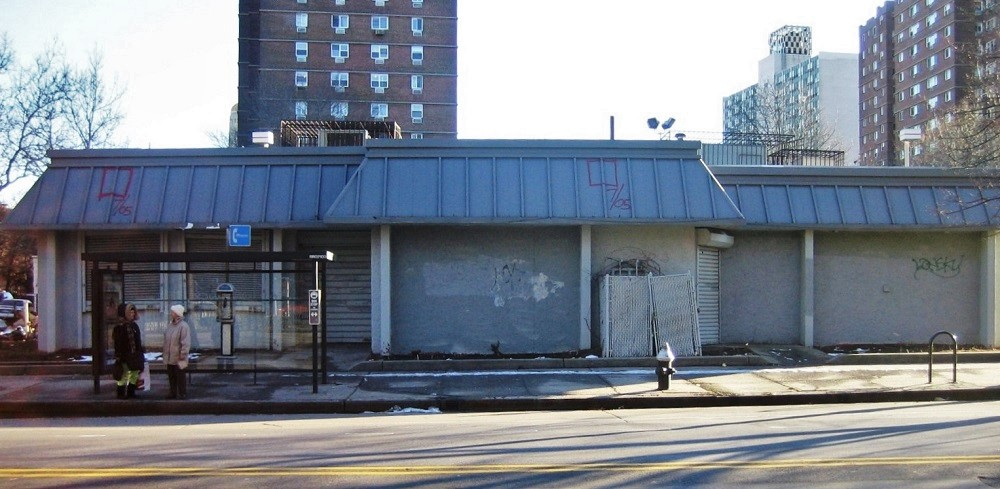 Former Kentucky Fried Chicken at 220 Myrtle Avenue (corner of Ashland Place), as seen in 2006 prior to its demolition.